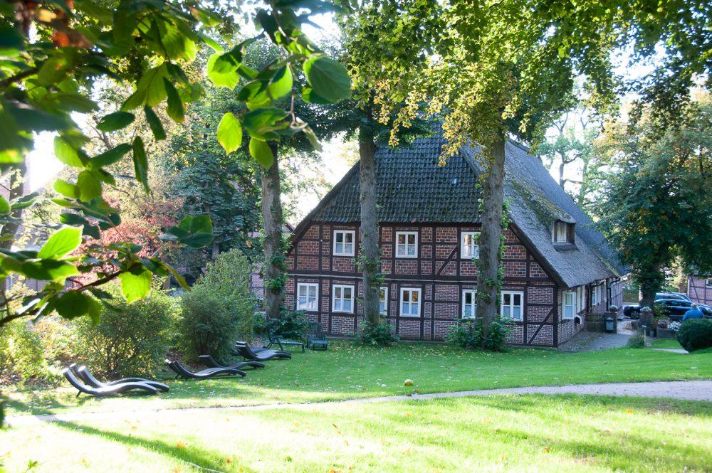 Reetdachhaus von der Liegewiese aus