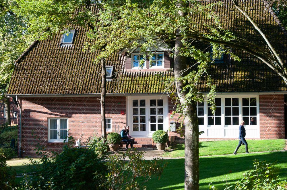 Villa Hügel mit Gäsetn auf der Bank
